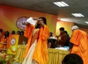 दीक्षांत समारोह में छात्रा ने फाड़ी CAA की प्रति
