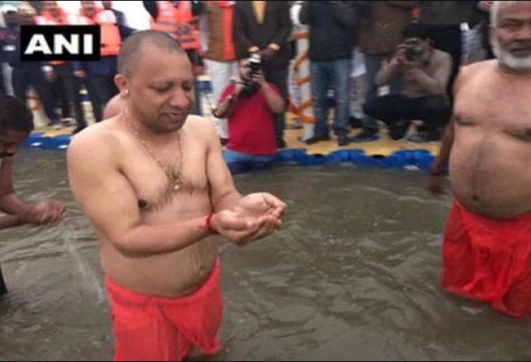 सीएम योगी ने गंगा में लगाई डुबकी
