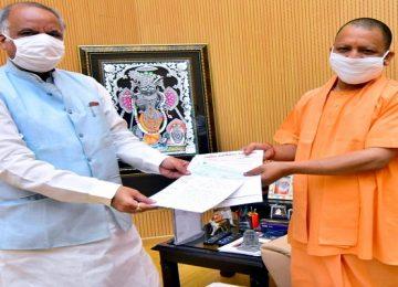 1 करोड़ 47 लाख रुपये का ड्राफ्ट सीएम योगी को सौंपा
