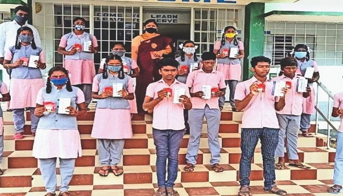 Teacher gifts smartphone to poor children