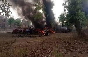 12 वाहनों में नक्सलियों ने लगाई आग
