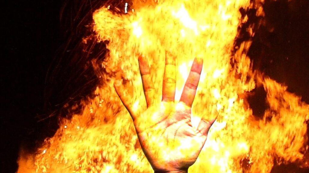 बीकेटी बाजार में लगी आग, लाखों के नुकसान की आशंका