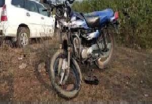 कार और मोटरसाइकिल की भिड़त, तीन युवकों की मौत